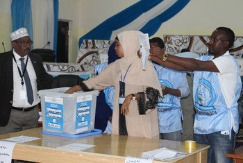 2016年11月,索马里上一次选举中,选举官员在选举拜多阿联邦(Baidoa )议会下议院议员的过程中计票。