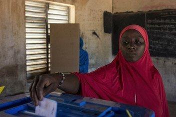 माली के उत्तर में स्थित गाओ में एक पोलिंग स्टेशन पर मतदान करती महिला. (12 अगस्त 2018)