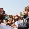 El Alto Comisionado para los Derechos Humanos, Zeid Ra'ad Al Hussein, saluda a unas mujeres durante una visita al hospital de Panzi en la República Democrática del Congo en 2016