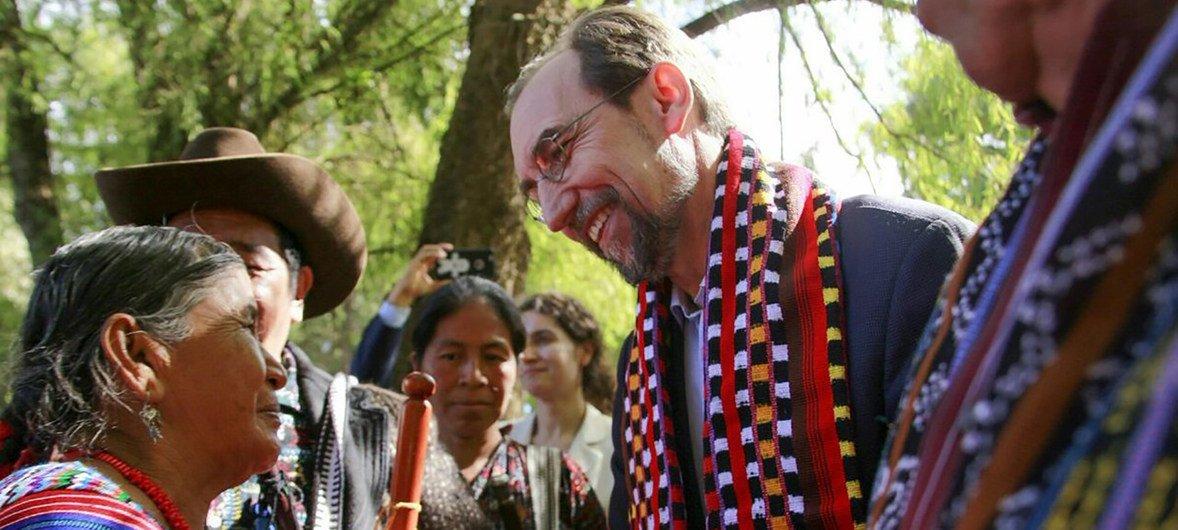 El Alto Comisionado para las Naciones Unidas, Zeid Ra'ad Al Hussein, escuchando a activistas y víctimas durante una visita oficial a Guatemala en 2017.