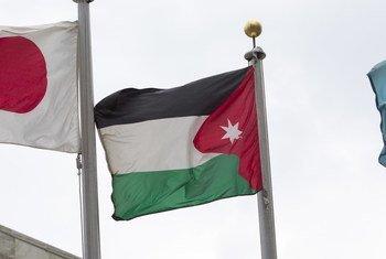 علم المملكة الأردنية الهاشمية، أمام المقر الدائم للأمم المتحدة في نيويورك.