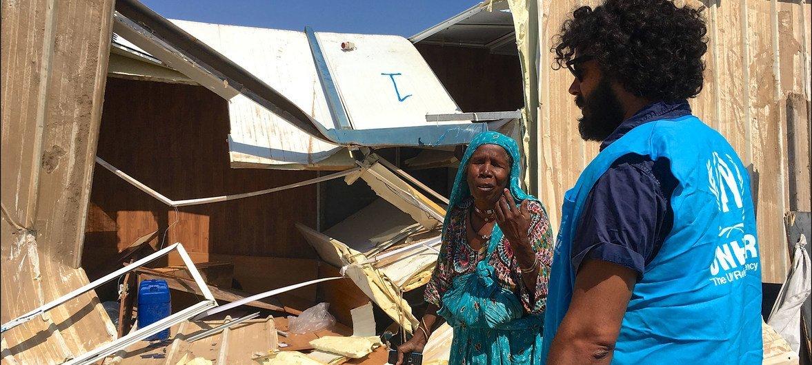 Una mujer tawargha frente a su casa demolida por una milicia local para obligarla a marchar, en el asentamiento de Triq al Matar,Trípoli, en Libia.