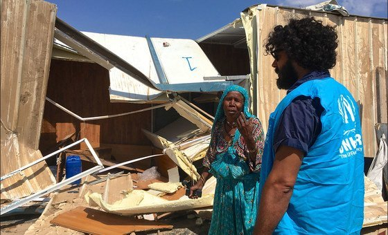 Sur cette photo, une femme tawargha devant sa maison qui a été détruite pendant la nuit par une milice locale sur le site de Triq al Matar, à Tripoli, en Libye.