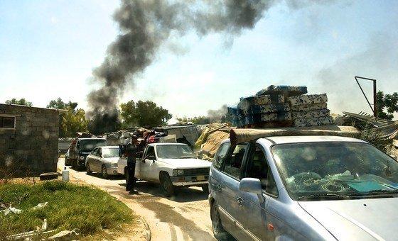 بعد تلقيهم تهديدات من ميليشيا محلية وهدم العديد من منازلهم، قام النازحون من تاورغاء بحزم أمتعتهم وغادروا مستوطنة طريق المطار.