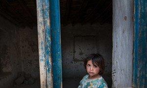 طفلة أفغانية تنظر عبر النافذة بالقرب من كابول. المدنيون الأفغان يتحملون وطأة الصراع.