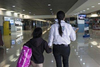 Niña que viajaba sola y fue deportada a Guatemala por las autoridades mexicanas.