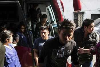 Jóvenes deportados desde México llegan a un albergue en Guatemala.