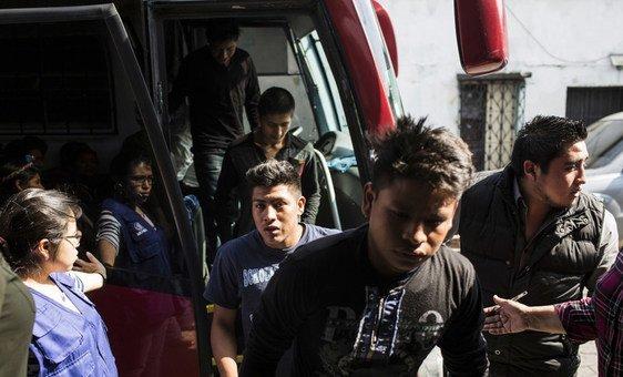 被从墨西哥遣返的青少年男孩抵达了政府接待处。