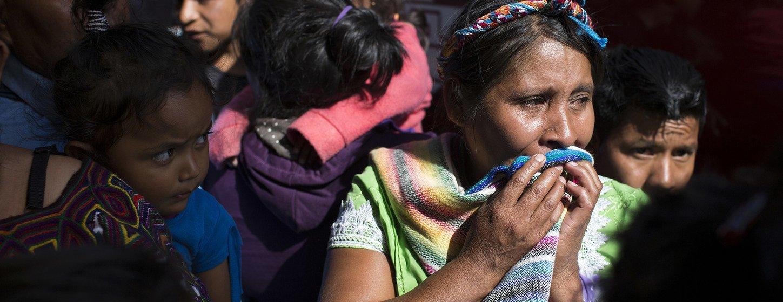 Una mujer llora antes de reunirse con su hijo que fue deportado desde México.