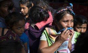 Una mujer llora antes de reunirse con su hijo que fue deportado.