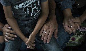 Pilar de 15 años sentada junto a su familia en Guatemala después de que su familia escapara de Honduras de las pandillas, que querían obligarla a convertirse en prostituta.