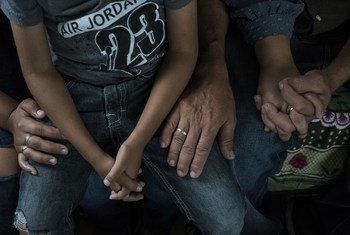 Pilar,Umri 15 na familia yake wakiwa ndani ya chumba wanachokodi mjini Guatemala. Pilar na familia yake walikimbilia Honduras baada ya genge  kuwatishia  ikiwa Pilar hatakubali kuwa kahaba wa gaenge hilo.