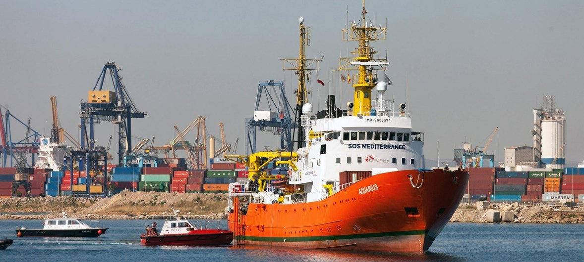 Embarcación de una ONG desembarca refugiados y migrantes rescatados en el Mediterráneo.
