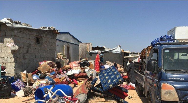 Tras recibir amenazas y después que una milicia local demoliera muchas casas, las personas desplazadas de Tawergha recogen sus pertenencias para abandonar el asentamiento de Triq al Matar, en Trípoli, Libia.