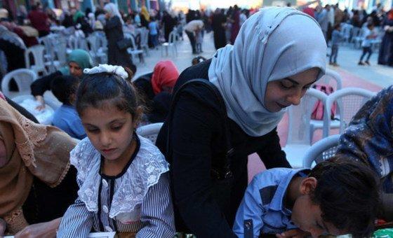联合国近东巴勒斯坦难民救济工程处的应急教育项目努力确保巴勒斯坦难民儿童能够在困难的情况下继续接受教育。