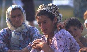 波黑的图兹拉机场,收容斯雷布雷尼察流离失所者的一处难民营内,一个男孩靠在母亲身上。
