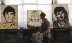 На выставке картин «Ни в чем не повинные» художника Менсура Бесладжича представлены портреты пропавших без вести. На одном изображен двоюродный брат З.Б.