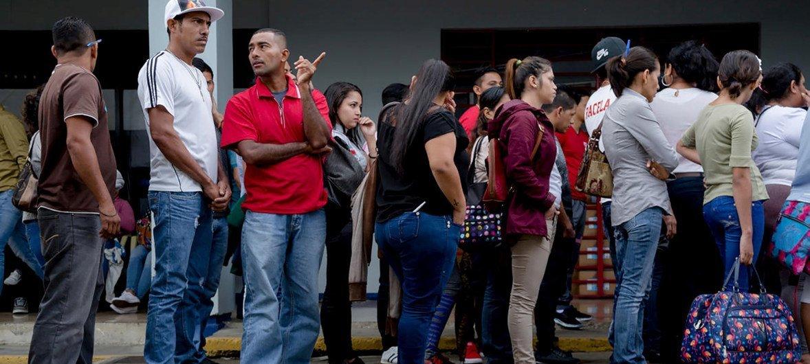 Solicitantes de asilo de Nicaragua hacen fila para presentar sus solicitudes en la oficina de migración en San José, Costa Rica.