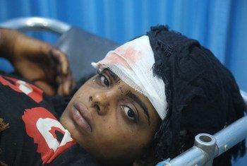 أرشيف: فتاة مصابة تتلقى العلاج في مستشفى الثورة بالحديدة، في 9 يونيو 2018، بعد أن أصيبت مع أشقائها وعمها، بينما كانت تنتقل إلى منطقة الجاجة بمنطقة بيت الفقيه في الحديدة.