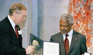 Бывший Генсек ООН Кофи Аннан на церемонии вручения Нобелевской премии мира в 2001 году.