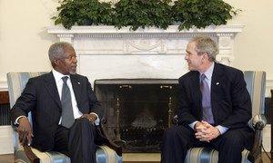 Бывший Генсек ООН Кофи Аннан с президентом США Джорджем Бушем. Февраль 2006 года.