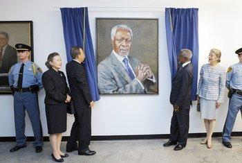 Бывший Генсек ООН Кофи Аннан и Пан Ги Мун, тогда занимавший пост главы ООН, участвуют в презентации портрета Аннана в штаб-квартире Организации в Нью-Йорке. Октябрь 2010 года.
