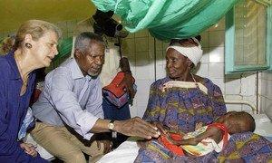 Бывший Генсек ООН Кофи Аннан и его супруга Нан Аннан во время посещения детской больницы в Нигере в августе 2005 года.