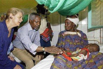 2005年8月,安南与夫人娜内(左)一同来到尼日尔,访问津德尔医院的儿科病房。