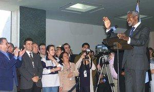 As Nações Unidas e o secretário-geral Kofi Annan partilharam o Prêmio Nobel da Paz. Na foto de 2001, ele se dirige a funcionários da sede da ONU.