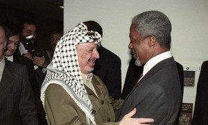 Tarehe 5 Machi mwaka 1997, Katibu Mkuu wa UN Kofi Annan (kulia) akisalimiana na Yasser Arafat, Mwenyekiti wa Kamati tendaji ya chama cha ukombozi wa Palestina, PLO.