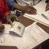 Des responsables électoraux au Mali préparant le matériel pour le deuxième tour des élections présidentielles, le jour du scrutin, dans un bureau de vote du district de Banaconi à Bamako.