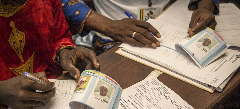 Funcionarios eleitorais Mali preparam material para a segunda volta das eleições presidenciais  no distrito de Banaconi, na capital Bamako.