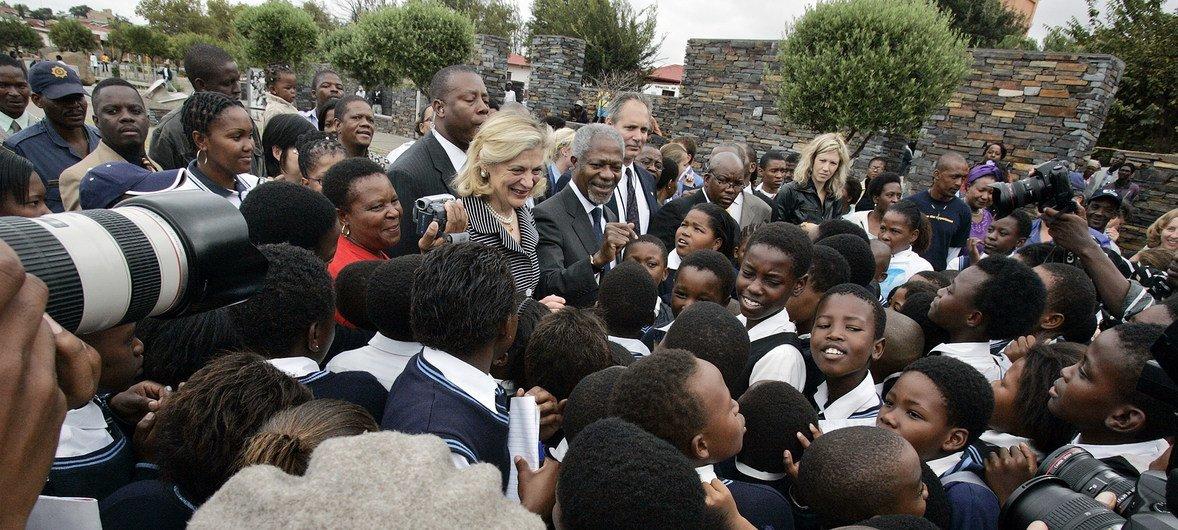 Kofi Annan(Katikati) na Mkewe Nane Annan, walipotembelea kitongoji cha Soweto nchini Afrika Kusini mwezi Machi mwaka 2006, wakati huo akiwa Katibu Mkuu wa Umoja wa Mataifa