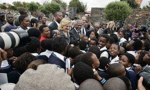 Бывший Генсек ООН Кофи Аннан и его супруга Нан Аннан во время визита в Южную Африку в марте 2006 года.
