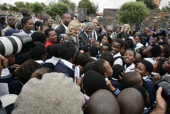 عنان يسافر بصحبة زوجته نان إلى بلدة سويتو بجنوب أفريقيا في عام 2006 حيث التقى مع أطفال المدارس.