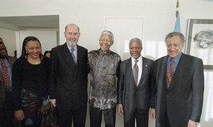 Katibu Mkuu wa UN Kofi Annan akiwa na msuluhushi mkuu wa mzozo wa Burundi Nelson Mandela.