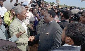Kofi Annan Uwanja wa ndege wa Bailundo akiwa na Jonas Savimbi kiongozi wa UNITA