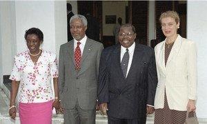 Kofi Annan, Katibu Mkuu wa UN akiwa na mkewe Nane Annan na Rais wa Tanzania Benjamin William Mkapa na mkewe Anna Mkapa Ikulu jijini Dar es salaam.
