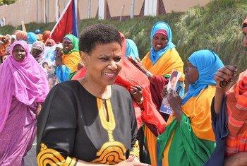联合国妇女署执行主任努卡在访问索马里西南州临时首府拜多阿时同当地妇女进行交流。