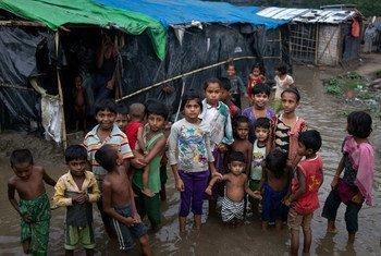 Niños rohingyás en su campamento inundado en Bangladesh.