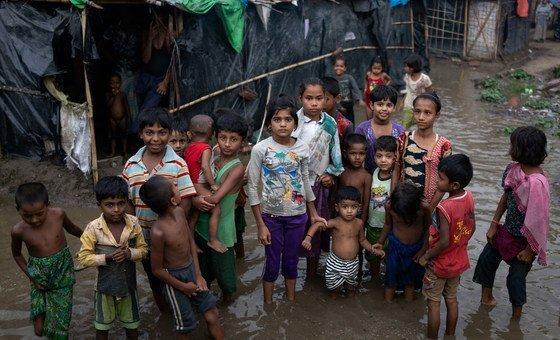 Crianças rohingya em Cox's Bazar, Bangladesh, durante a época das monções.