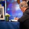 联合国秘书长古特雷斯签署纪念科菲·安南的哀悼书。