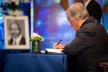 O secretário-geral António Guterres assina livro de condolências durante a cerimônia em homenagem ao ex-secretário-geral Kofi Annan.