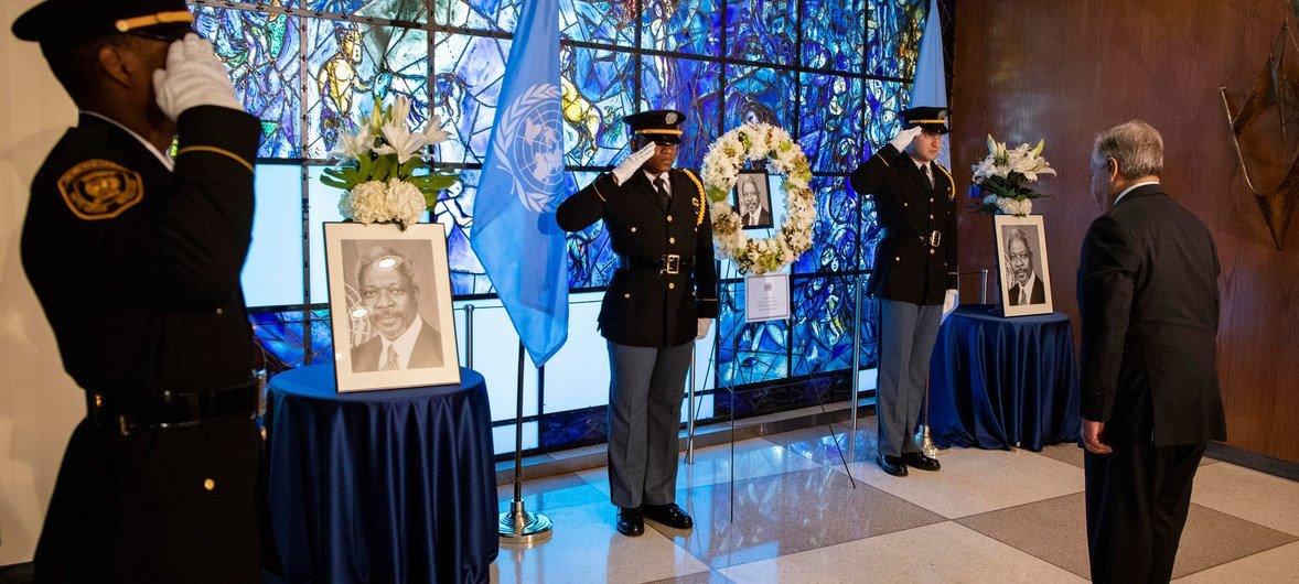 Secretário-geral depositou uma coroa de flores na entrada do prédio da ONU, em Nova Iorque.
