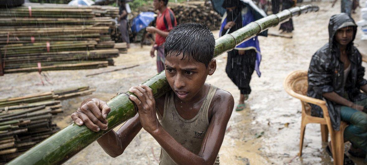 2018年7月,孟加拉国考克斯巴扎,一个男孩扛着一根竹竿,用作搭建临时住所的材料。