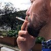 Mwanaume akivuta sigara katika eneo lililotengwa kwa ajili ya wavuta sigara kwenye Makao Makuu ya Umoja wa Mataifa, New York Marekani.