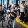Une Vénézuélienne patiente avec sa famille pour la deuxième fois en sept mois dans un centre d'assistance frontalier avant d'entrer au Pérou.