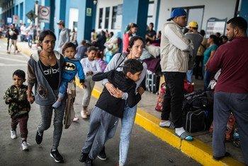 Жительница Венесуэлы вместе со своими детьми второй раз за этот месяц выстаивает очередь в Центр помощи на границе, пытаясь попасть в Перу