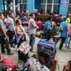 Cientos de venezolanos esperan para entrar a Perú a través de la frontera ecuatoriana.