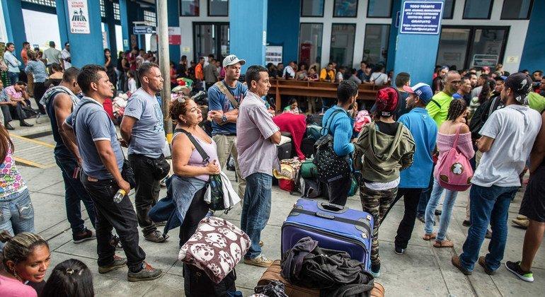 Сотни венесуэльцев стоят в очереди на границе, чтобы попасть из Эквадора в Перу.